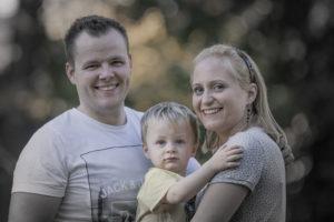 Fotoshooting mit einer Familie im Herbstwald draussen in Schaffhausen