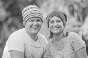 Mit Mütze auf dem Kopf wurde dieses junge Paar fotografiert und in schwarz-weiss entwickelt.