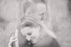Schwarz-Weiss Foto von zwei verliebten Menschen die sich umarmen und fest halten
