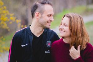 Das Paar spaziert draussen und sie schauen sich an Hettlingen Seuzach Region