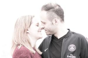 Zwei junge verliebte Menschen halten sich und küssen sich gleich in der Region von Winterthur