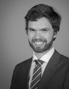 Foto für eine Bewerbung von einem Mann mit Krawatte und Bart von einem Fotografen fotografiert im Zürcher Weinland bei Andelfingen