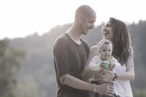 Lachende und stolze Eltern mit ihrer Tochter draussen bei Winterthur