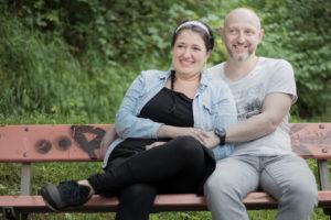Ein Pärchen sitzt auf einer Bank im Wald und halten sich die Hände bei Winterthur