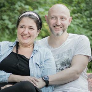 Zwei Menschen die sich gern haben und mit dem Fotograf und seiner Bedienung zufrieden sind. Ein nächstes Familien Fotoshooting würden sie wieder gerne machen.