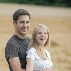 Zwei Menschen die mit dem Fotoshooting des Fotografen und der Kamera zufrieden sind